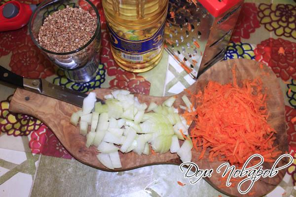 Измельчите морковь и лук