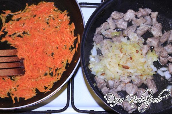 Спассеруйте на масле морковь