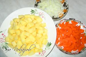Картофель, морковь и лук порежьте