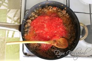 Протертые помидоры влить в сковородку с фаршем