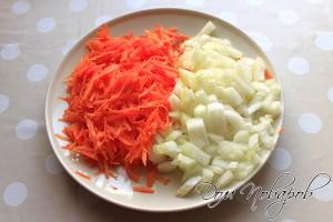 Морковь натереть на терке, лук нашинковать