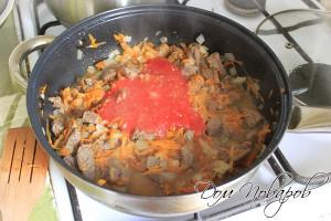 Влить протертые помидоры или томат