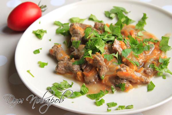Вкусный гуляш из говядины посыпьте зеленью петрушки