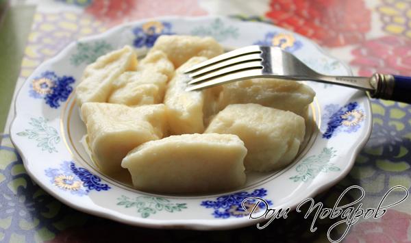Выложить готовые ленивые вареники на тарелку, смазать сливочным маслом.