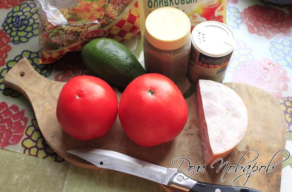 Подготовьте все ингредиенты для салата с авокадо