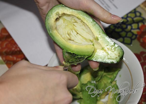 Авокадо отделите от кожуры и разомните вилкой