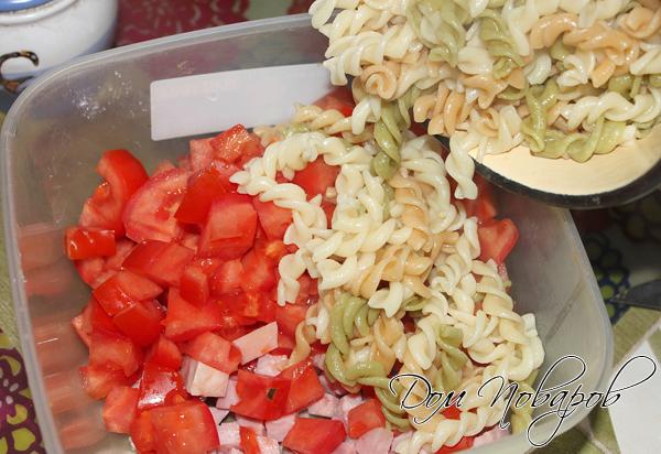 В большой миске соедините: ветчину, макароны, помидоры, сельдерей