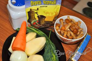 Подготовьте грибы, очистите овощи