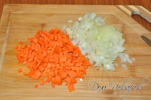 Очистите и измельчите морковь и лук