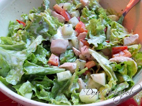 Готовый салат с куриным филе и огурчиками