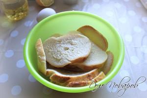 Залейте кусочки хлеба водой или молоком