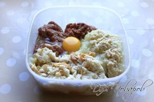 Соединить фарш, яйцо, лук и булку, добавить специи.