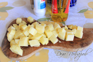 Картофель порезать и добавить в кастрюлю