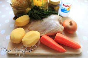 Подготовьте курицу, овощи, вермишель, зелень и специи