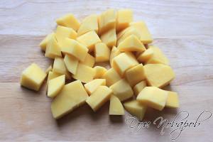 Картофель порежьте кубиками