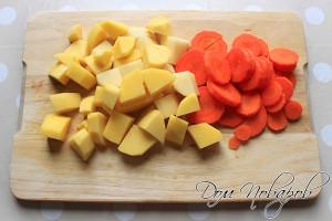 Морковь и картофель порежьте