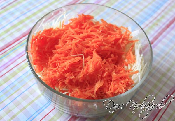 Натереть морковь на крупной терке