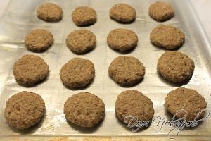 Сформировать печенье и выложить их на противень