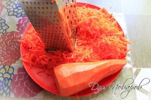 Потрите морковь на крупной терке