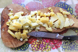 Картошку очистите и нарежьте кубиками