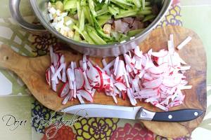 Нарежьте соломкой редис