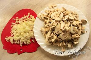 Нашинкуйте грибы и лук
