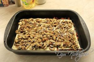 Следующим слоем - грибы с луком