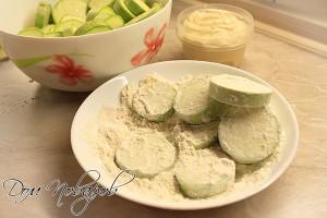 Обваляйте кабачки в муке с солью
