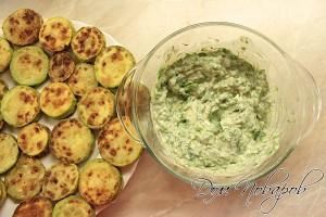 Сделайте соус из зелени, чеснока и майонеза