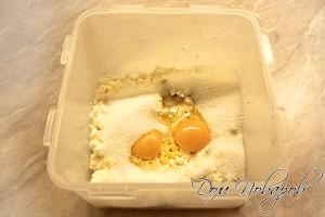 Смешайте творог, яйца, сахар и сметану