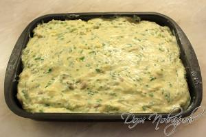 Сверху распределите соус и поставьте в духовку на 20-25 минут