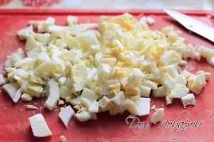 Вареные яйца мелко порезать