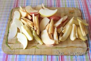 Промойте, очистите от семян и нарежьте дольками яблоки