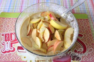 Соедините дольки яблок и тесто