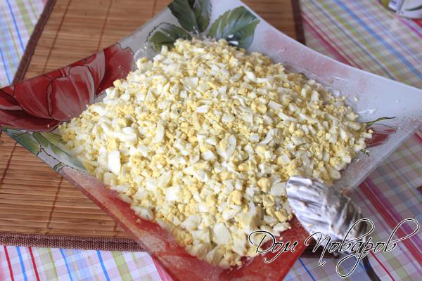 Завершить салат слоем из яиц