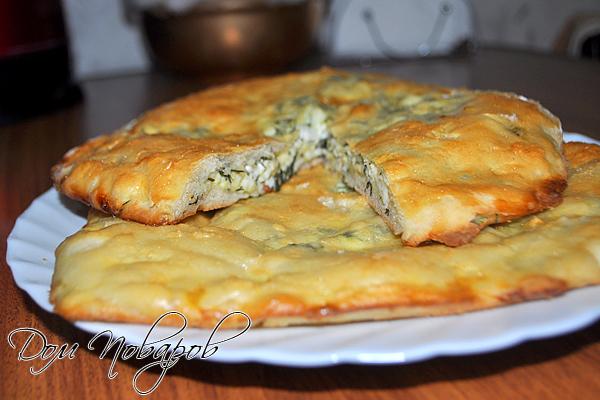 Щедрый осетинский пирог с зеленью и сыром готов