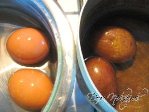Сварите куриные яйца и картофель в мундире