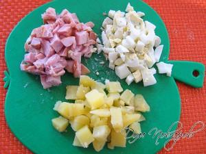 Измельчите мясо курицы, картофель и отварные яйца кубиками