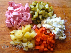 Колбасу, овощи и яйца порежьте кубиками