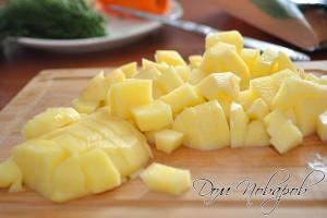 Картофель порежьте