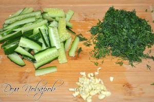 Порежьте зелень, огурец и чеснок