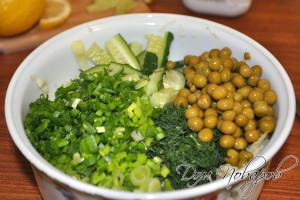 Сложите овощи и зелень в салатник