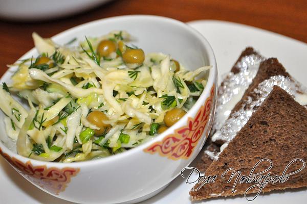 Полезный салат с капустой и горошком готов