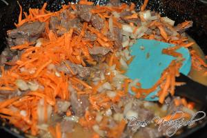 Лук и морковь добавьте к мясу