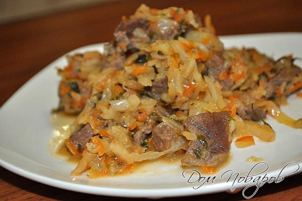 Тушеная капуста с мясом и овощами
