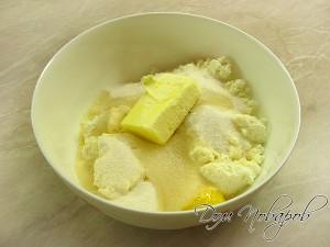 В глубокой емкости соедините масло, творог, яйца, сахар, манку и ваниль
