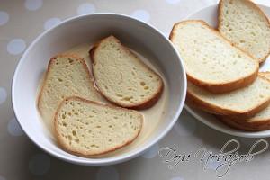 Размочите кусочки батона или хлеба в молоке с яйцом