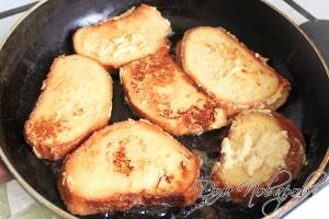 Обжарьте гренки на сливочном масле с двух сторон