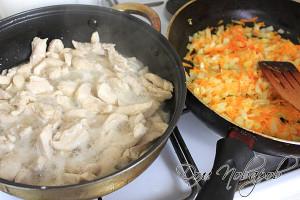 Обжарить курицу и овощи