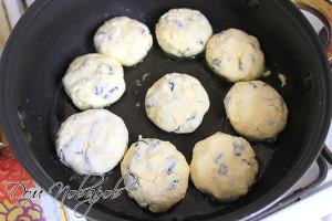 Обжарьте сырники с двух сторон